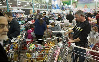 Jerusalem residents stock up on supplies, food ahead of major winter storm. January 6, 2015. (photo credit: Yonatan Sindel/Flash90)