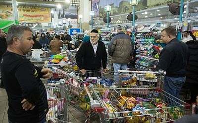 Stocking up ahead of the storm. Customers at a Jerusalem supermarket on January 6, 2015 (photo credit: Yonatan Sindel/Flash90)