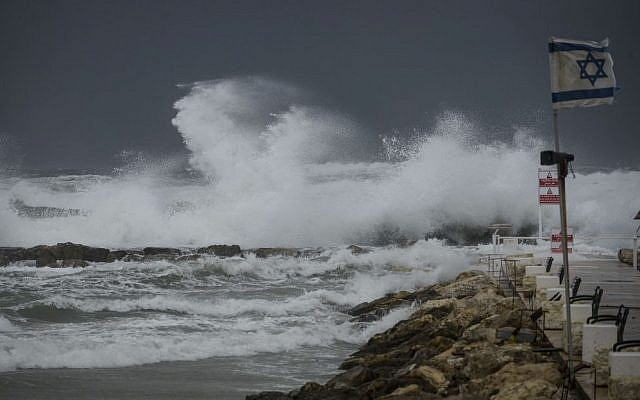 Giant waves hit the dock due to stormy winds at the Tel Aviv port, January 07, 2015. (photo credit: Ben Kelmer/FLASH90)