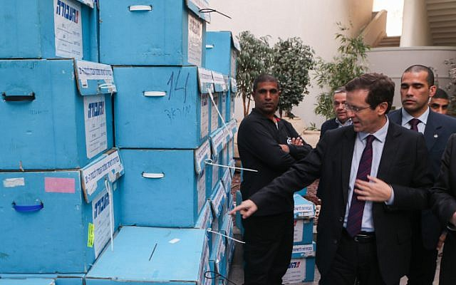 Labor Party chairman Isaac Herzog  visits the party's primary headquarters in Holon, January 11, 2015. (Flash90)