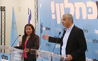 Moshe Kahlon announces Tzaga Malko's joining Kahlon's Kulanu party in Tel Aviv on January 11, 2015. The election committee disqualified Malko for not leaving her government job in time. (Photo credit: Flash90)