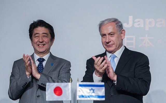 Prime Minister Benjamin Netanyahu (right) and his Japanese counterpart Shinzo Abe, January 18, 2015. (Miriam Alster/Flash90)