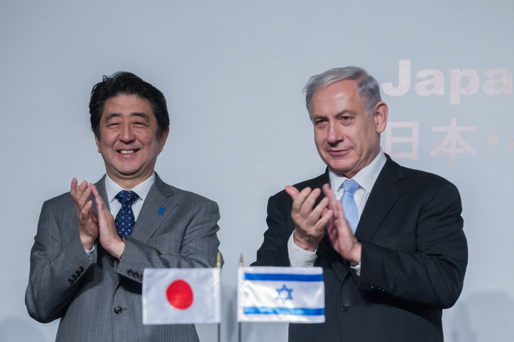 Prime Minister Benjamin Netanyahu (right) and his Japanese counterpart Shinzo Abe (left), January 18, 2015. (photo credit: Miriam Alster/Flash90)