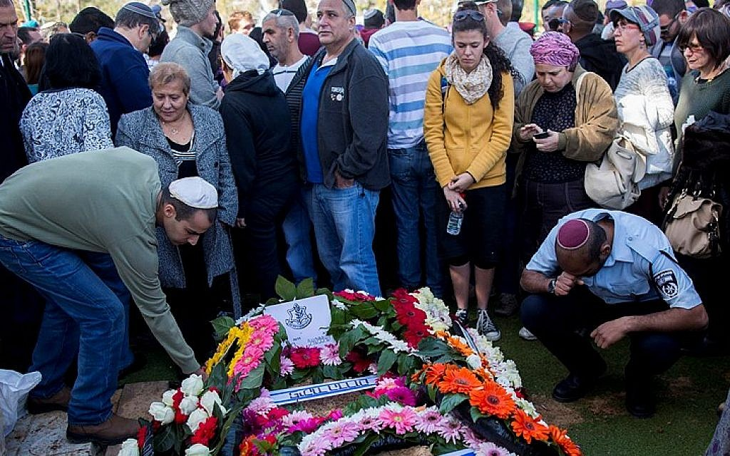 Relatives and friends of Cpt. Yochai Kalangel mourning during his funeral at the military cemetery on Mount Herzl, in Jerusalem on January 29, 2015, (photo credit: Yonatan Sindel/Flash90)