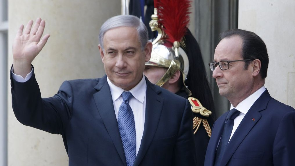 French President Francois Hollande (right) and Prime Minister Benjamin Netanyahu pose for photographers at the Elysee Palace, Paris, Sunday, Jan. 11, 2015. (AP/Thibault Camus)