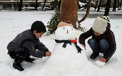 Children make a snowman in Damascus, Syria, Wednesday, Jan. 7, 2015 (illustrative photo: AP)
