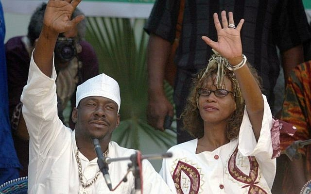 Singer Whitney Houston and her musician husband, Bobby Brown, visiting with the African Hebrew community in Dimona, Israel, May 30, 2003. (Photo credit: Uriel Sinai/Getty Images/JTA)
