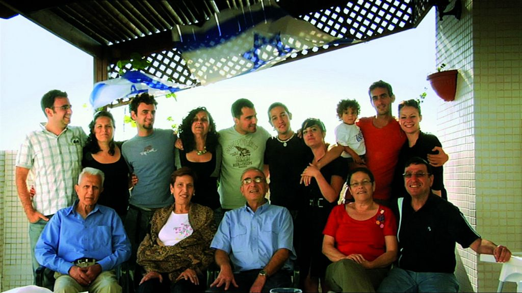 The extended Reuveny clan. (KinoLorber)