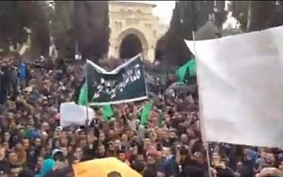 Demonstrators gather on the Temple Mount on January 16, 2015 after Friday prayers at the al-Aqsa Mosque in Jerusalem to  protest the depiction of the Prophet Muhammad in the French publication Charlie Hebdo this week. (screen capture: Shehab News Agency/Facebook)