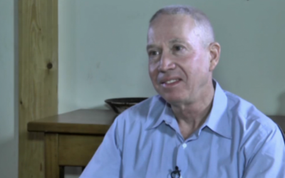 Maj. Gen. (ret. ) and Kulanu candidate Yoav Galant speaking with Ynet reporters in an interview on January 9, 2015. (screen capture: Ynet News)