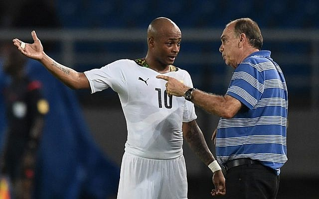 Ghana's midfielder Andre Ayew (L) speaks to coach Avram Grant during the 2015 African Cup of Nations final soccer match between Ivory Coast and Ghana in Bata on February 8, 2015 (photo credit: AFP/CARL DE SOUZA)