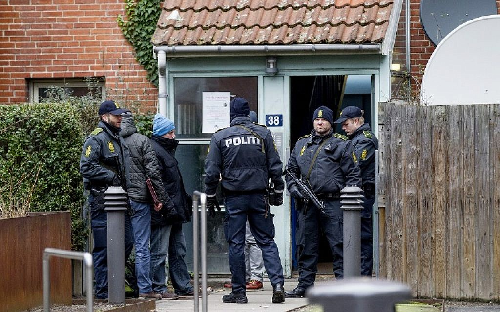 Danish police search an apartment in Mjoelnerparken at Norrebro on February 15, 2015. (AFP/SCANPIX DENMARK/Bax Lindhardt)