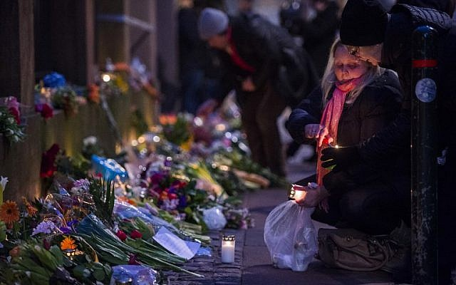 Well-wishers bring flowers and light candles to honor the shooting victims outside the main Synagogue in Copenhagen, Denmark on February 15, 2015. (AFP/Odd Andersen)