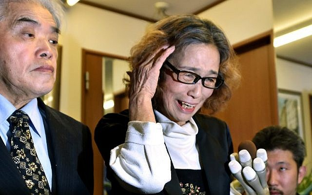 Junko Ishido (R), mother of Kenji Goto, speaks to reporters while her husband Yukio Ishido (L) stands beside at their home in Tokyo on February 1, 2015.(photo credit: AFP PHOTO / KAZUHIRO NOGI)
