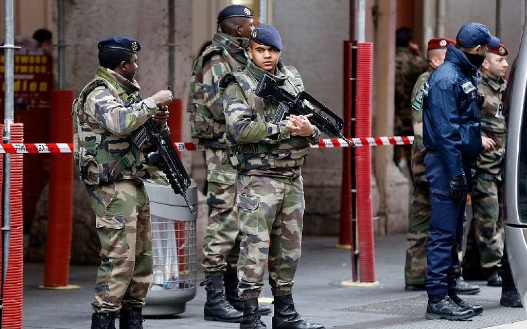 File: Soldiers stand guard outside the Jewish Community Center in Nice, France, February 3, 2015. (AFP Photo/Valery Hache)