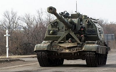 Ukrainian servicemen patrol with a self-propelled artillery gun near the eastern Ukrainian town of Debaltseve, in the region of Donetsk , on February 8, 2015. (AFP/VOLODYMYR SHUVAYEV)