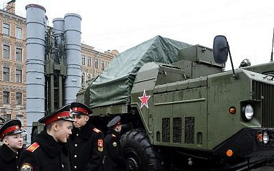 Cadets close to a Russian surface-to-air S-300 missile system during a military exhibition Saint Petersburg, February 20, 2015. (AFP/OLGA MALTSEVA)