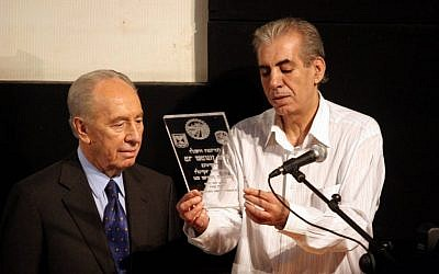 Eli Moyal, then-mayor of Sderot (r), hosts former president Peres in 2007. (Edi Israel/ Flash90)