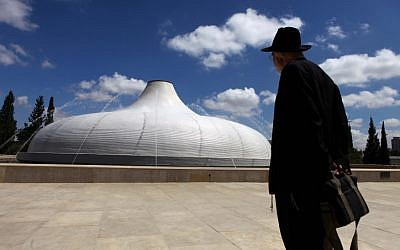 A man looks at The Shrine of the Book at the Israel Museum in Jerusalem, on May 24, 2010. (Abir Sultan/Flash90)