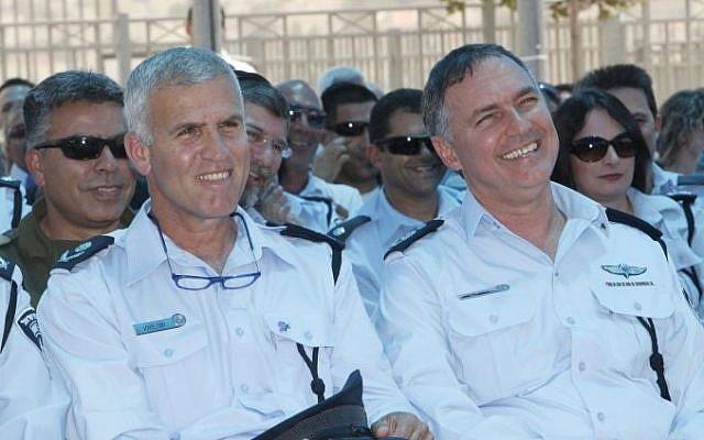 Deputy Commissioner Hagai Dotan (L) with Chief of Police Yohanan Danino, on May 17, 2011. (photo credit Miriam Alster/FLASH90)