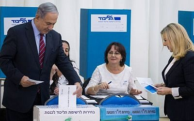 Benjamin Netanyahu and his wife Sara Netanyahu cast votes in the Likud primary on December 31, 2014. Photo credit: Miriam Alster/Flash90)