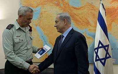 Prime Minister Benjamin Netanyahu met with outgoing IDF Chief of Staff Benny Gantz, at the Kirya military base in Tel Aviv, February 12, 2015. The meeting was held ahead of Gantz leaving his position on Monday. (Photo by Haim Zach / GPO)