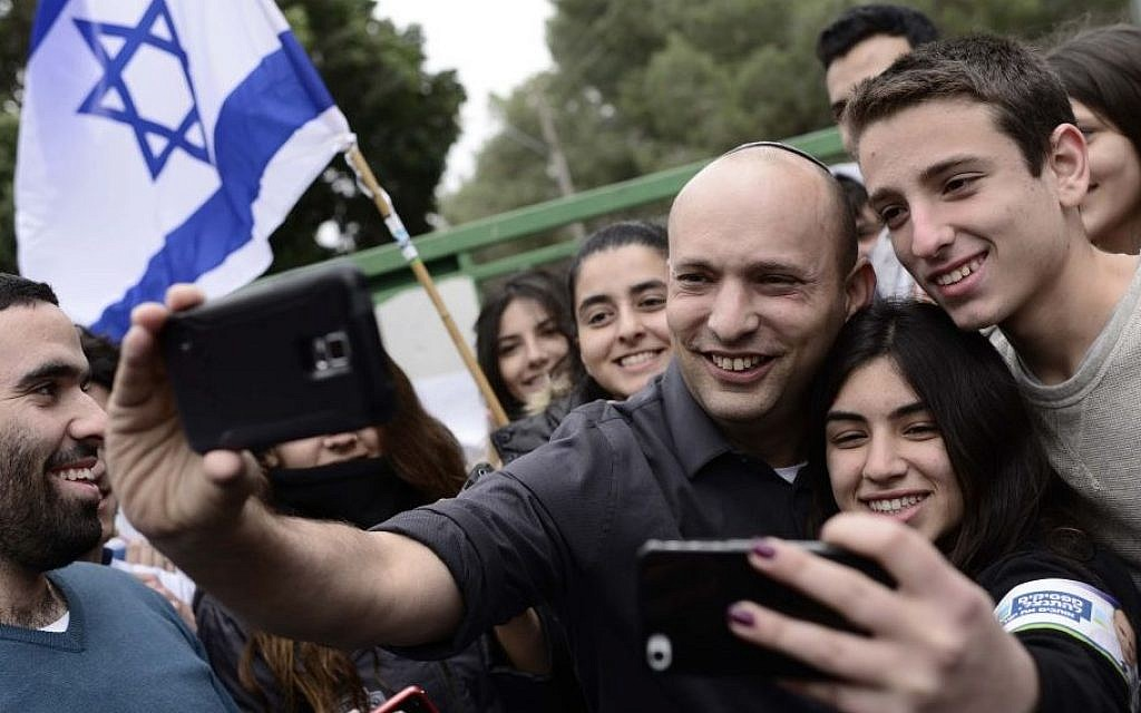 Jewish Home party leader Economy Minister Naftali Bennett, poses with students at the Blich high school in Ramat Gan, Feb 12 2015. (Tomer Neuberg/Flash90)