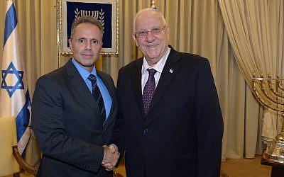 Apple's Johny Srouji (L) with President Reuven Riviin (Photo credit: Amos Ben Gershom/GPO)