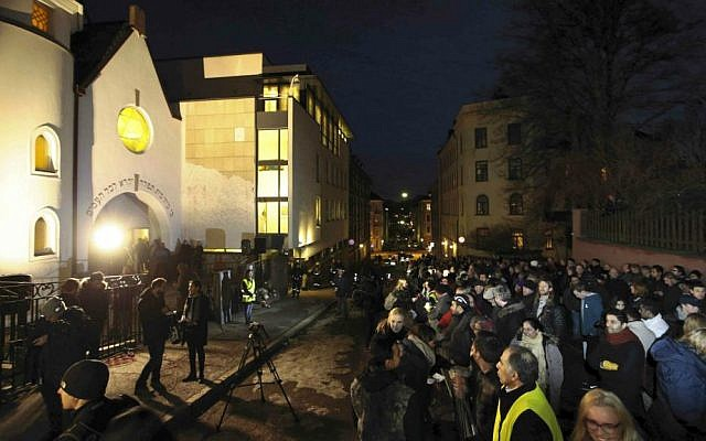 More than 1,000 people formed a 'ring of peace' around the Norwegian capital's synagogue, an initiative taken by young Muslims in Norway after a series of attacks against Jews in Europe, in Oslo, Saturday, February 21 2015. (photo credit: AP/Hakon Mosvold Larsen/NTB Scanpix)