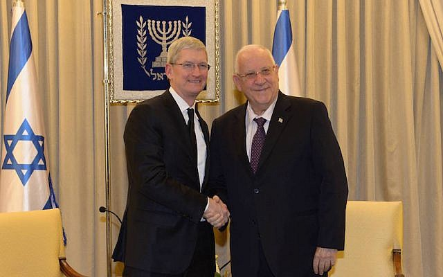 Apple CEO Tim Cook (L) with President Reuven Rivlin (Photo credit:  Amos Ben Gershom/GPO)