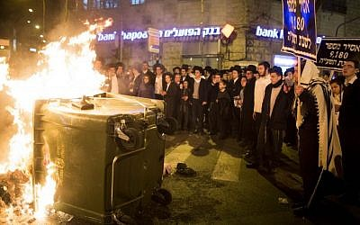 Ultra-Orthodox Jewish men protest the jailing of four yeshiva students who failed to comply with a recruitment order, in Jerusalem's Mea Shearim neighborhood on February 1, 2015. (Photo credit: Yonatan Sindel/Flash90)