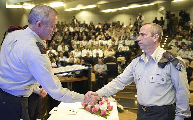 Matzpen commander Col. Avner Ziv (R) receives an award on behalf of his unit from former IDF Chief of Staff Benny Gantz, January 15, 2015 (Photo credit: Courtesy)