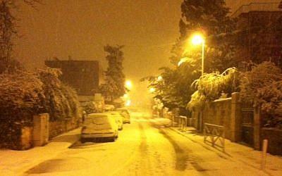 Snow blankets a Jerusalem street, February 20, 2015 (photo credit: Times of Israel/Lazar Berman)