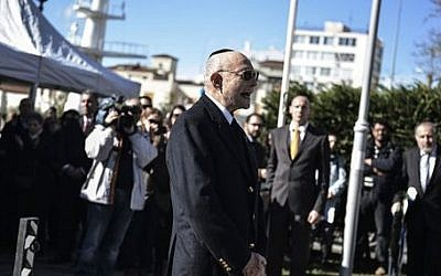 Holocaust survivor Heinz Kunio shouts 'Never again' in front of the Holocaust memorial commemorating the persecution of the Jewish people during World War II, in the northern Greek port city of Thessaloniki, February 1, 2015.  (photo credit: AP/Giannis Papanikos)