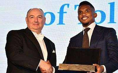 Cameroonian footballer Samuel Eto'o (R) is presented with the Medal of Tolerance by President of the European Council on Tolerance and Reconciliation (ECTR), Moshe Kantor at a gala in London, on March 9, 2015 (AFP PHOTO / BEN STANSALL)