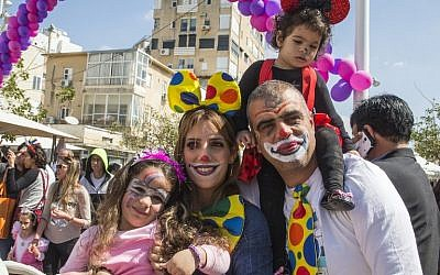 A family takes part in a parade during the Jewish holiday of Purim on March 5, 2015 in the central Israeli city of Netanya. (AFP PHOTO/JACK GUEZ)