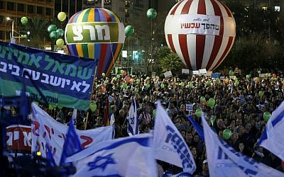 Israelis take part in a rally calling for a change in government on March 7, 2015 in Rabin Square in Tel Aviv. (AFP/JACK GUEZ)