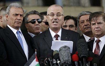 Palestinian Authority Prime Minister Rami Hamdallah speaks during a press conference in Gaza City on March 25, 2015 (AFP Photo/Mohammed Abed)