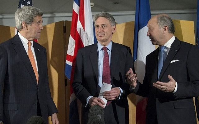 US Secretary of State John Kerry (L), British Foreign Secretary Philip Hammond (C) and French Foreign Minister Laurent Fabius (L) talk after Secretary Hammond made a statement about their meeting regarding recent negotiations with Iran, in London on March 21, 2015 (AFP PHOTO / POOL / BRIAN SNYDER)