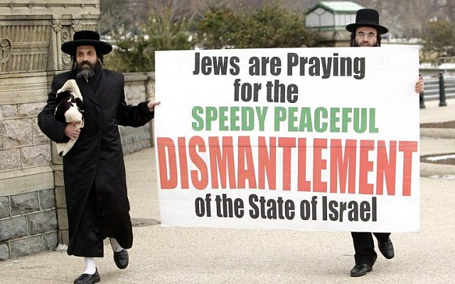 Representatives of the anti-Zionist Neturei Karta sect demonstrate outside the US Capitol on March 3, 2015 in Washington, DC. (photo credit: AFP PHOTO/CHRIS KLEPONIS)