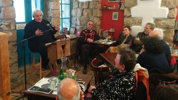 A.B. Yehoshua discusses his latest novel with literature fans at Tmol Shilshom, February 2015. (Courtesy)
