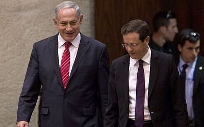 File: Prime Minister Benjamin Netanyahu, left, and Zionist Union leader MK Isaac Herzog in the Knesset, January 20, 2014. (AP Photo/Ariel Schalit)