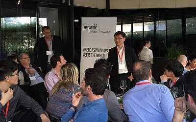 Alex Lin (C) speaks to entrepreneurs and investors at a conference in Tel Aviv Feb. 25, 2015 (Photo credit: Courtesy)