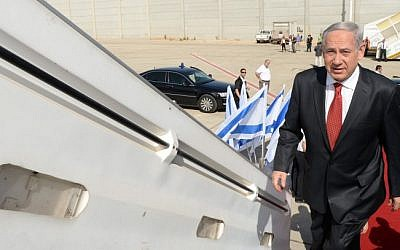 Prime Minister Benjamin Netanyahu boards a plane to go on an official state visit to Poland, on June 12, 2013. (Kobi Gideon/GPO/Flash 90)