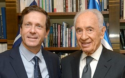 Zionist Union party leader Isaac Herzog and ex-president Shimon Peres on November 24, 2013. (photo credit: Mark Neyman/GPO/FLASH90)