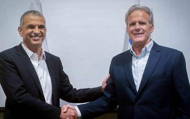 Former Israeli ambassador to the US and new MK Michael Oren (right) with Kulanu party leader Moshe Kahlon. (Photo by Ben Kelmer/Flash90)