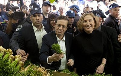 Isaac Herzog (left) and Tzipi Livni (right) check out some produce at the Carmel outdoor market in Tel Aviv, on March 12, 2015. (photo credit: Amir Levy/Flash90)