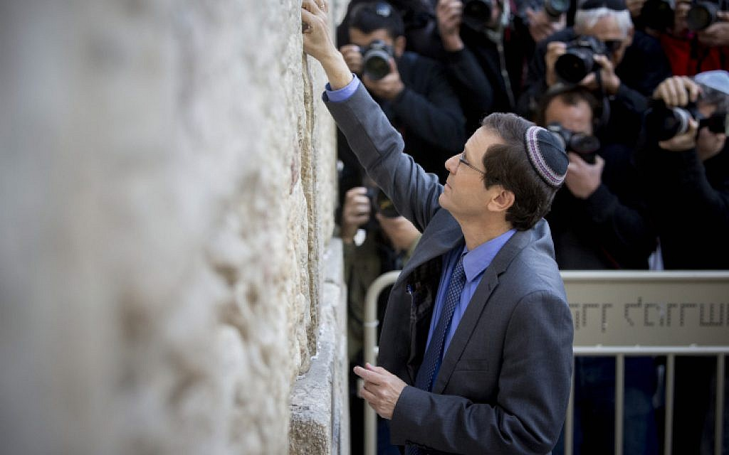 Zionist Union leader Isaac Herzog at the Western Wall in Jerusalem on March 15, 2015. (photo credit: Yonatan Sindel/Flash90)