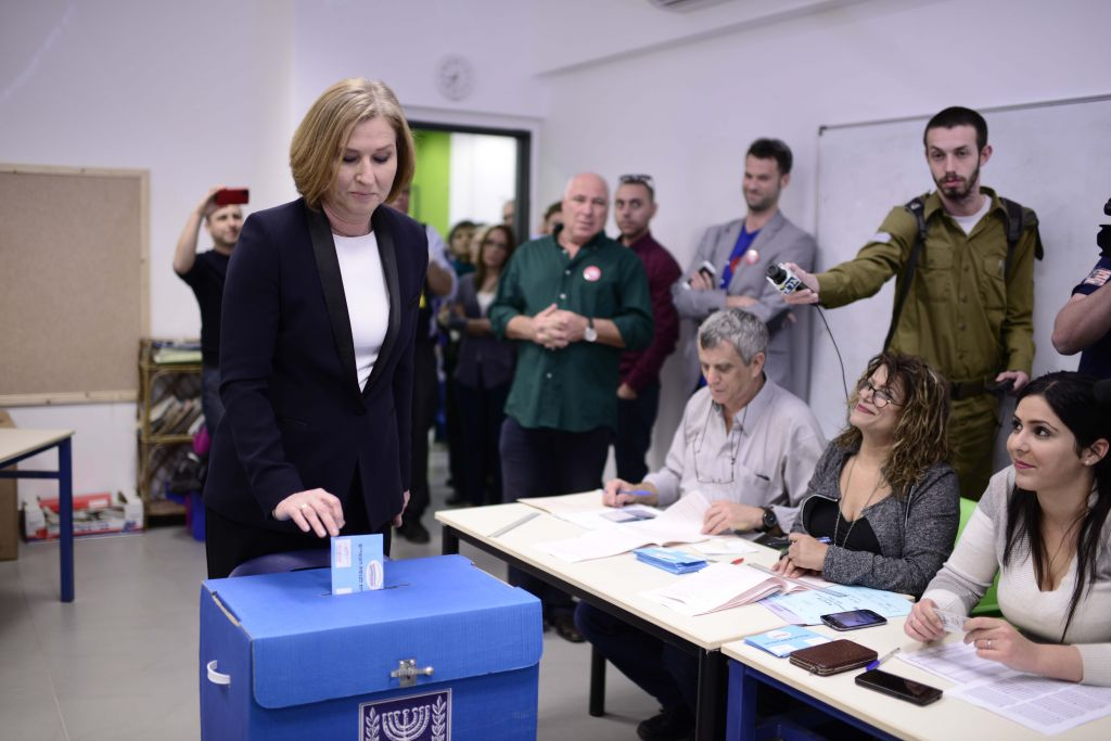 Tzipi Livni casts her vote in the Israeli general elections in Tel Aviv on March 17, 2015. (Photo credit: Tomer Neuberg/Flash90)