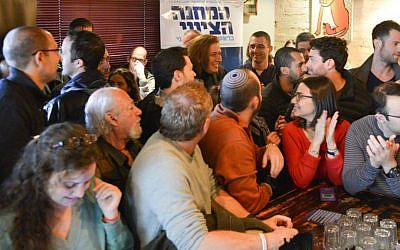 Tzipi Livni (center) meets young English-speaking Israeli voters in a Tel Aviv bar. February 17, 2015. (photo credit: Louiz Green)